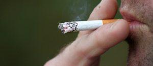 日本の喫煙による死者は毎年10万人以上